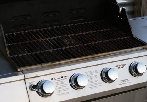 cleaning your outdoor grill with baking soda