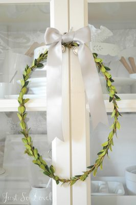 Simple Boxwood Wreath  {DIY Wreath Roundup at lifeyourway.net}