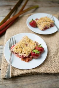 Strawberry Rhubarb Walnut Crisp: Easy Summer Desserts
