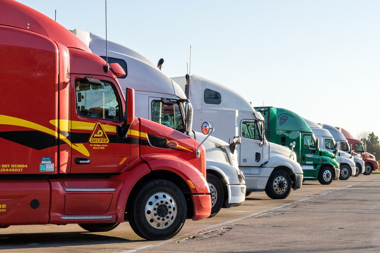 You are currently viewing Start a Trucking Company: 4 Things You Need to Know